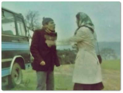 Çiçek Abbas (İlyas Salman), Şakir adında (Şener Şen) bir minibüs şoförünün yanında muavindir. Şakir çapkın bencilin tekidir. Abbas ise tam tersine saf biridir. Tek hayali minibüsçü olmak ve aşık olduğu ve patronunun da evlenmek istediği kızla (Pembe Mutlu) evlenmektir. Abbas hurda bir minibüsü tefeciden borçlanarak alır ve çalışarak borcunu ödemeye başlar. Bu sırada patronun ayrıldığı nişanlısı ile birbirlerine aşık olurlar. Şakir bunu hazmedemez ve Abbas'ın minibüsünün tekerleklerini ve motorunu çalar. Zor duruma düşen Abbas borcunu ödeyemez ve minibüse mahallenin tefecisi el koyar. Şakir Abbas'ın aşık olduğu kızla evlenmek için zorla bastırır ve babası (İhsan Yüce), ekonomik durumu daha iyi olduğu için kızını ona verir. Nikah günü Şakir'in kız kardeşi (Ayşen Gruda) Abbas'a yardım eder ve Abbas sevdiği kızı nikah masasından kaçırır.