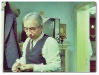 Ali Rıza Bey, bir işyerinde veznedar olarak çalışan, kendi halinde, az gelirli ama namuslu bir vatandaştır. Birgün para tahsil etmeye gidip soyulduğunda hayatı değişir.