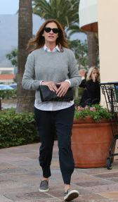 Julia Roberts flashes million dollar smile for photographers and looks like she plays nice even though she does put her hands on one of them. The Oscar winning actress was running to the bank in Malibu. Hiding behind her dark sunglasses, she seemed in a good mood regardless December 10, 2014 X17online.com