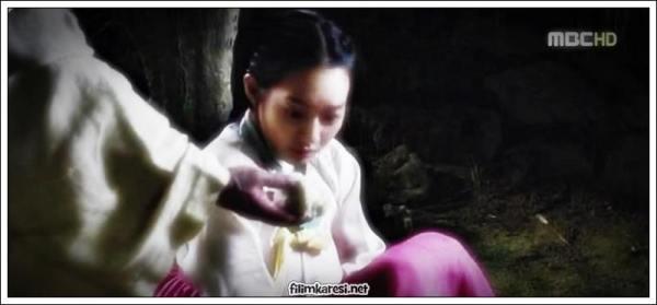 Dizi Kore'de ünlü bir hayalet hikayesinden esinlenmiş. Kısaca; Joson döneminde Miryang şehrinde, bir yargıcın Arang (Shin Min Ah) adında saf, güzel ve altın kalpli bir kızı varmış. Annesiz büyüyen Arang'ı yetiştiren kötü kalpli dadısı, Arang'a tecavüz etsin, hayatını mahvetsin diye bir köleyle anlaşıyor. Köle Arang'a saldırıyor, Arang karşı koyunca kızı bıçaklayarak öldürüyor ve cesedini ormana atıp kaçıyor.
